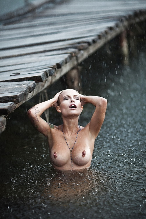 Bathing while raining outdoor.