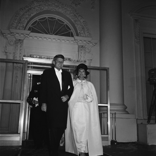 Dose of vintage: President Kennedy and Mrs. Kennedy leaving the White House to tour the Inaugural Balls, 1961. The first lady wore an off-white sleeveless gown and floor-length cape designed by Ethel Frankau of Bergdorf Custom Salon.
