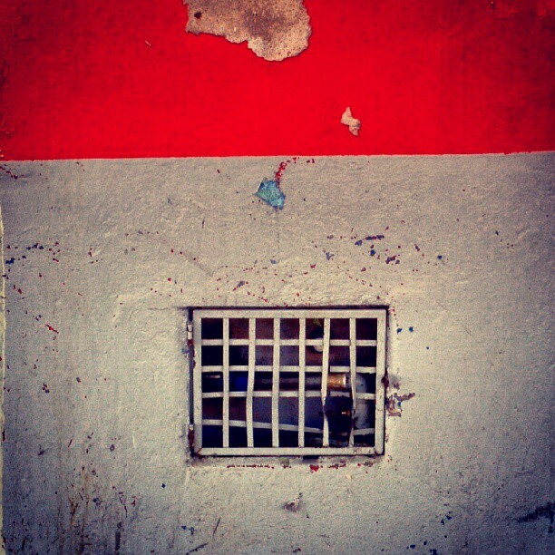 #urbandecay #decay #urbanexploration #cityscape #grid #gate #door #gray #red #geometric #wall #architecture #minimal #minimalism #minimallove #abstract (Publicado com o Instagram)