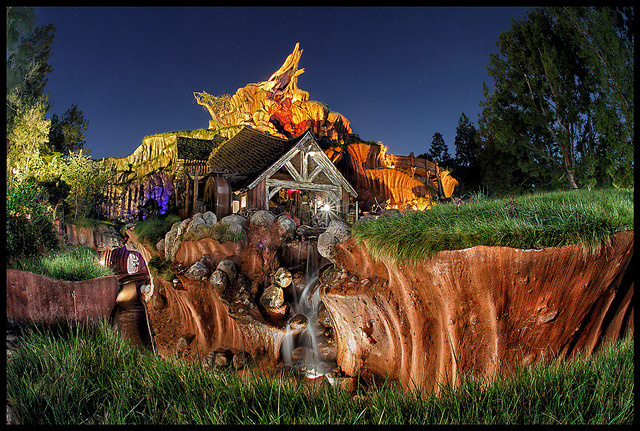 Disneyland - Splash Mountain by Silver1SWA (Ryan Pastorino) on Flickr.