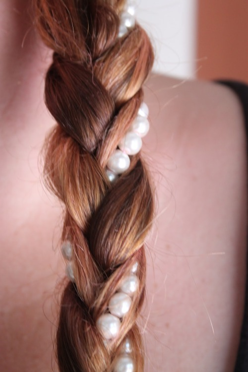 DIY Pearl Braid from Pink Boulevard here. This blog is in Spanish but there is a google translator on the site - but there's not much of a tutorial for this hairstyle.