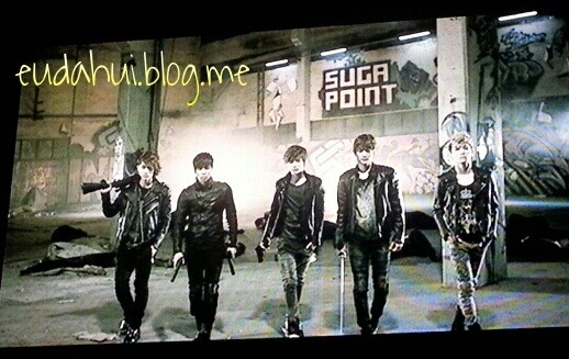 tokkeys:  preciousontae:  SHINee VCR : Onew with SHOT GUNJonghyun with PISTOLTaemin with GUNMinho with SWORDKey with….  (cr.李泰民爱)  #key's too fabulous for weapons bitchezzzz crying