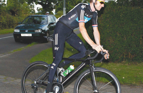 One for the tech nerds, Bradley Wiggins is training on a new bike ahead of the Olympics. All bikes in the Olympics are subject to rules to keep manufacturers' names and logos to a minimum but this bike has no labels at all. He normally rides a Pinarello but this is custom bike made for the British team. Note the head tube that extends beyond the top tube See the large stem and its strange shape the frame has profiled tubing the Zipp rims If it's visibly different, the position will be identical so Wiggins does not suffer any bio-mechanical differences after three weeks spent on the bike.