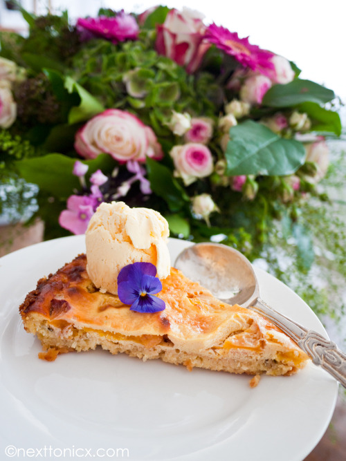 nexttonicx:  Peach, rosemary, greek yoghurt and almond tart. Fabulously gluten free!