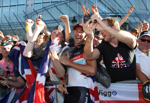 Jens in between the Wiggo fans ©Roland Miny pressphoto.lu (via More from Paris | RADIOSHACK NISSAN TREK)