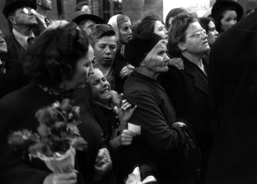the-seed-of-europe:  Crowd of mothers and children watching the return of prisoners, ca. 1947-1950. Photo by Ernst Haas.