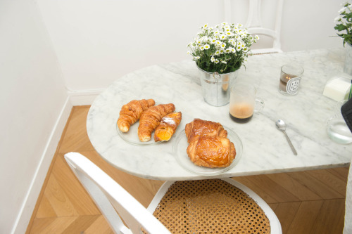 Breakfast is served, Parisian styles.
