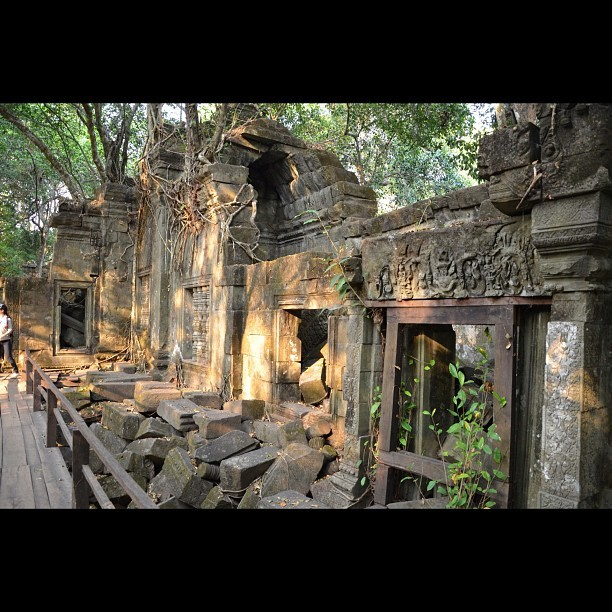 Sunlight came through the trees on the old wall. (#bengmealea #cambodia) (Taken with Instagram)