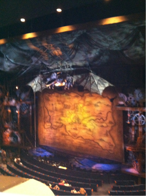 fiyeeerrrooo:  And pictures from my trip to NYC start with the stage of Wicked. Don't worry, I took it before the show started.  Everyone in the world needs to see this stage, it is beautiful