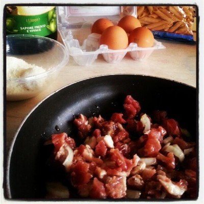 Ready for lunch #pasta #bacon #eggs #pecorinocheese # oliveoil ……..I'm cooking ……. (Scattata con Instagram)
