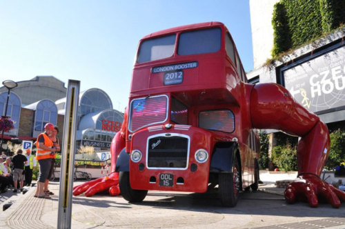 laughingsquid:  London Double-Decker Bus Rigged With Giant Arms To Do Push-Ups