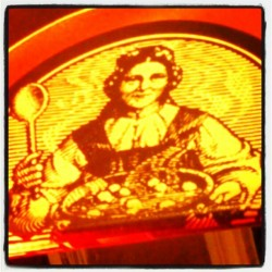 Great restaurant's logo in #valencia / #images #figures #woman #food #restaurant #city #yellow #red #roman #italian #italy #spain  #instagram #igers #igersvalencia  (Tomada con Instagram)