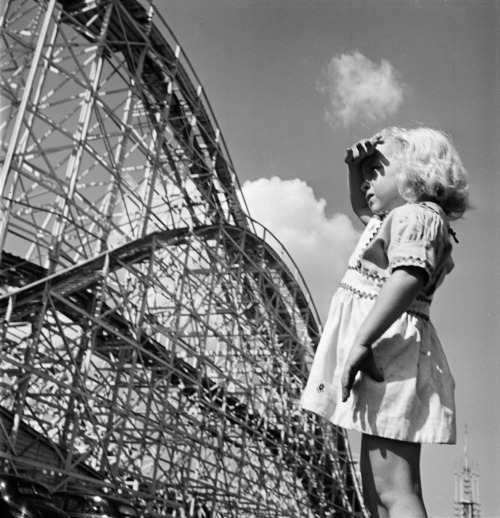 hollyhocksandtulips, whataboutbobbed:  Young Girl at Palisades Amusement Park, 1946 by Stanley Kubrick (July 26, 1928 – March 7, 1999)