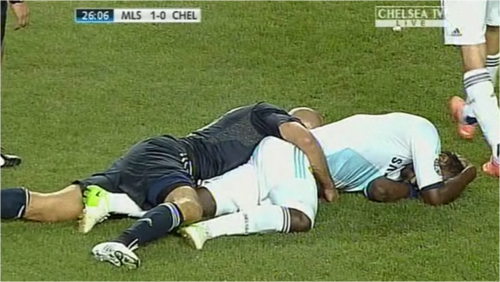 Omg crying they stayed like that For atleast 7 seconds I mean Essien was injured but he had his arm around Essien omfg