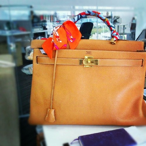 Excuse me Kelly but do you mind getting you size40 butt off my desk? #hermes #hermeskelly #vintage #Kelly  (Taken with Instagram)