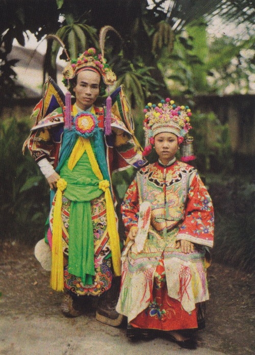 flosvitae:  Saigon, Vietnam 1915 by Léon Busy  Seen here in full costume, these actors are members of the company at the Saigon Theatre…In the south performers and dramatists developed a musical comedy genre called cai luong (renewed opera), which soon became more popular than the more classical hat tuong form of Vietnamese opera.   From The Dawn of the Color Photograph: Albert Kahn's Archives of the Planetby David Okuefna