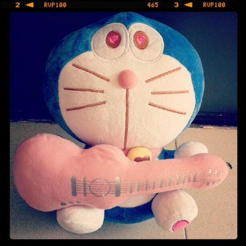 lusianacnn:  Yo ! let's sing with me !!! #doraemon #doll #lol #pink #love #cute #guitar #dailyphoto #instagood (Taken with Instagram)