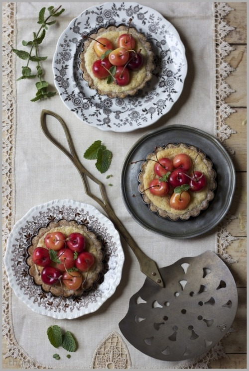 (via chic bites / Thyme: Cherry Tartlets…because it's the Fourth of July!)