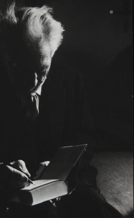 Photograph of Ezra Pound signing a book yama-bato  Photograph of Ezra Pound signing a book Fuente