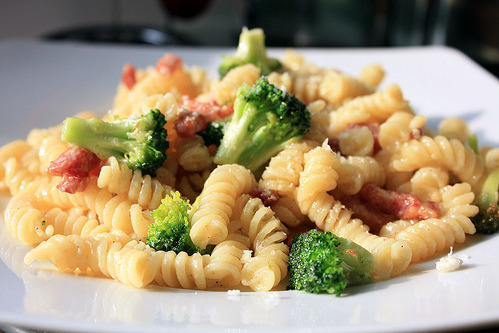 pasta alfredo with bacon and brocoli