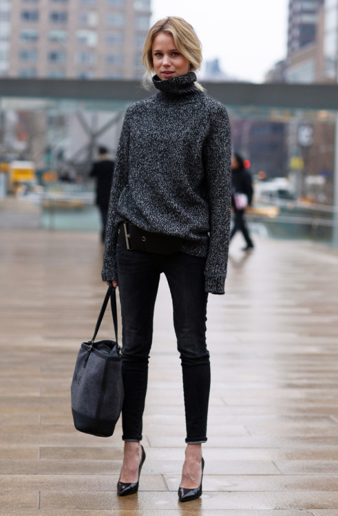 glamour:  Elin Kling's effortlessly cool oversize sweater has us dreaming of fall.  yes pls