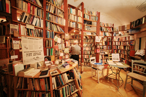 bookmania:  Atlantis Books in Oia, Santorini, Kyklades, Greece. (via syatin)