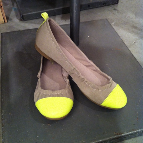 teenvogue:  Neon captoe flats at American Eagle holiday preview