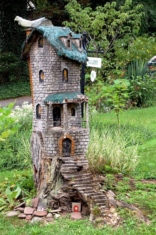 a-mini-a-day:  If you have a tree stump, you have a potential mini house!Click picture for more info.