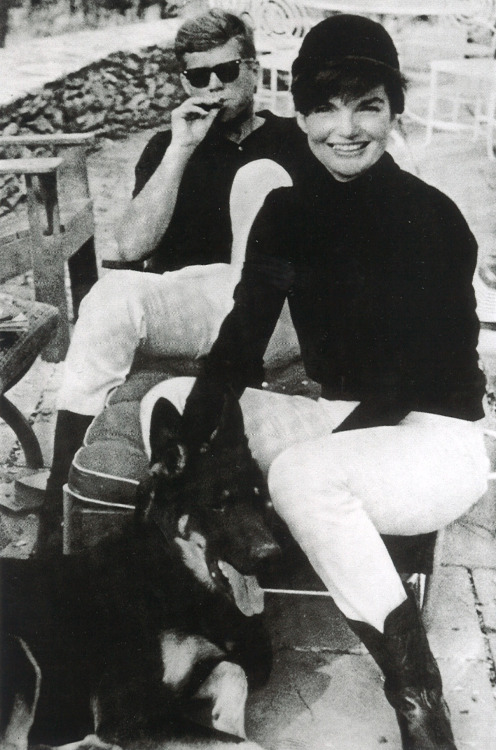 fecastleberry:  John and Jackie Kennedy relaxing for the weekend in Virginia.