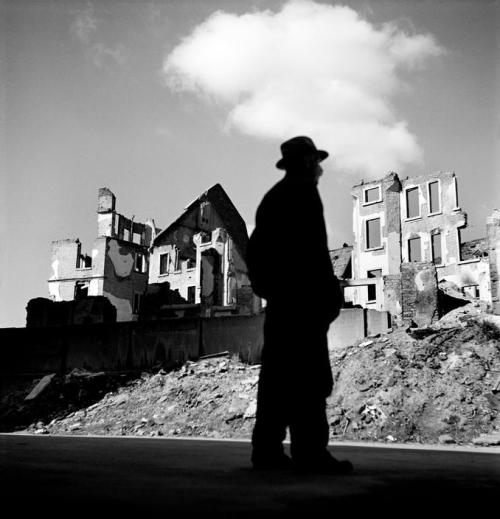 currrzio:  Werner Bischof, A man looking at the ruined city,  Frankfurt, Germany, 1946.