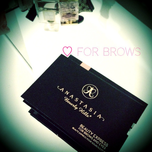 So I finally got the Anastasia Brow Kit in Brunette. It comes with 5 shaping stencils which I haven't used at all just yet only because in my mind my shape is at it's best, which has literally taken me years to perfect. The 'Petite Arch' stencil is probably closest to my current shape. I especially love the brow wax and highlighter included in the kit. It's all about the finishing touches!