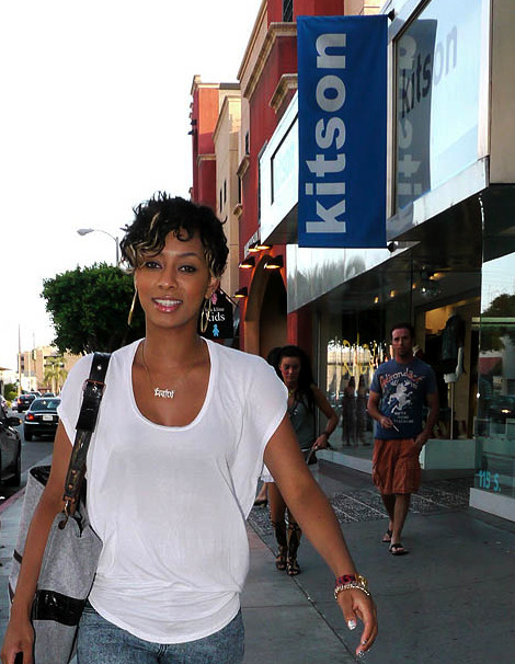 jaykerridaway:  kitsonlosangeles:  Keri Hilson walking past Kitson on Robbertson.  *____*  LOL, this looks weird…. But Keri <3