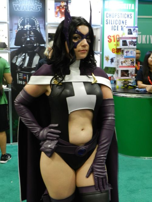 psikick:  Huntress from DC Comics cosplayed by Windofthestars http://windofthestars.tumblr.com/ -Taken at San Diego Comic-Con