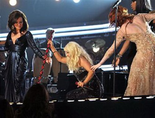 Xtina | Photo Tweet  When Christina Aguilera fell over at the Grammys and @flo_tweet helped her up…  (Source: Twitter Name - @fatm_army)