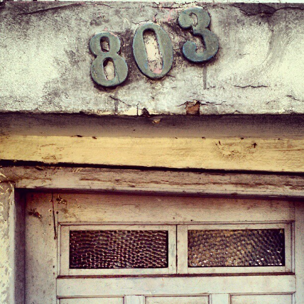 803 #type #typography #typevstime #numbers #urban #decay #urbandecay #urbanexploration #city #wall #crack #moss #derelict #door (Publicado com o Instagram)