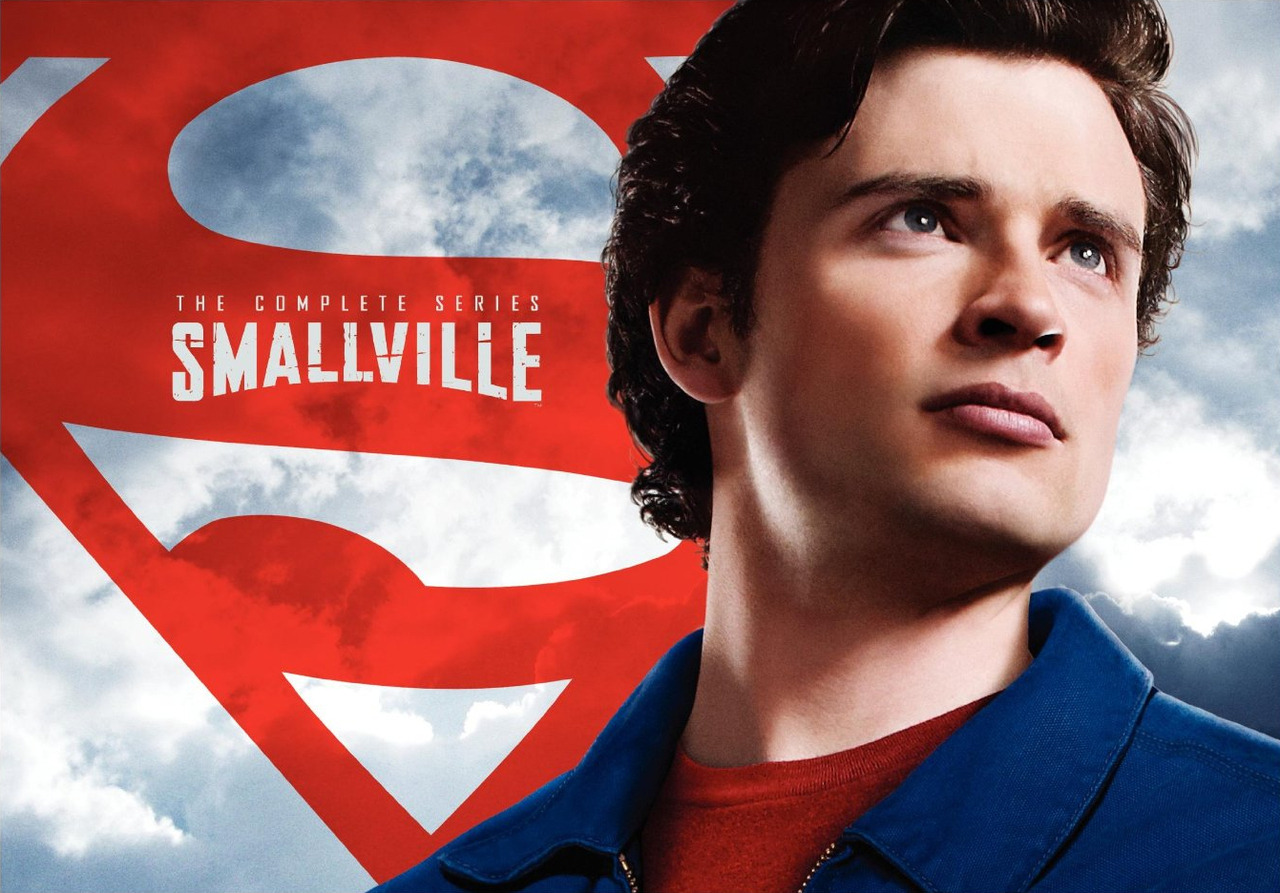 Smallville: The Complete Series (2011)  Complete Series Exclusive Features  Over 5 hours of newly added special features including a never-before seen Superboy pilot from 1961, a 90 minute series retrospective with all new interviews, 2010 final Comic Con panel, Aquaman Pilot, and Paley Festival featurette!  Exclusive Daily Planet newspaper written by DC Comics that highlights the important storylines developed during the 10-year run of the show  Two lay-flat picture books that hold 62 discs Episode guide with never-before-seen production art (storyboards/sketches) and behind-the-scenes photos.  (vía Amazon)