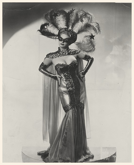 theniftyfifties:  A burlesque performer in costume.