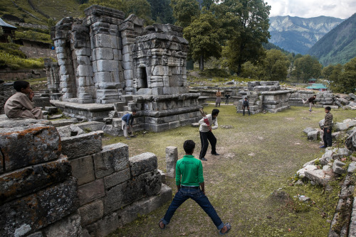 everyhundredfeet:  A game of cricket amongst old Hindu ruins in Kashmir.