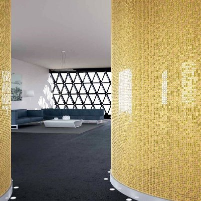 Genial idea el decorar la entrada de este salón con este mosaico dorado de Anjasora :-)Decorating the entrance of this living room with that gold mosaic of Anjasora it's a very good idea :-)