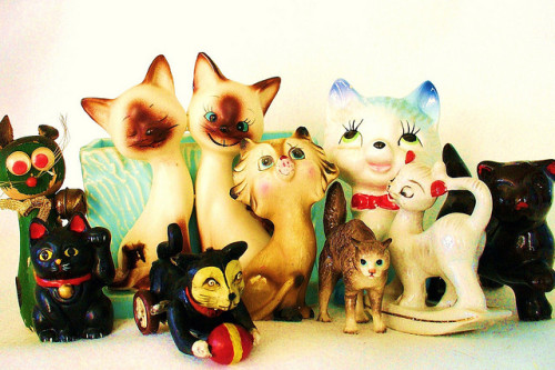 misssugarbones:  kitsch kitties + 1 by judibird on Flickr.CATS