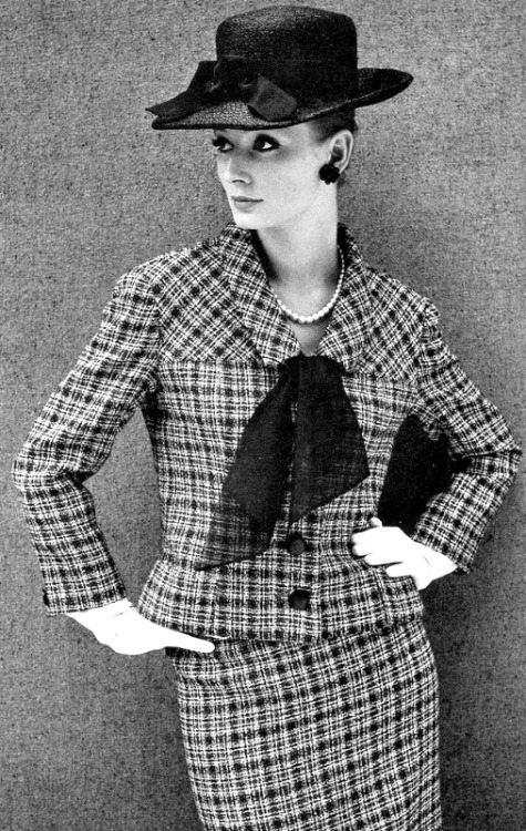 vintage-retro:  Tania Mallet in a suit by Leslie Kaye, April 1964