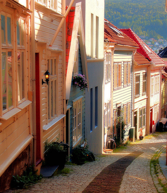 Beautiful houses on the streets of Bergen, Norway (by BumbyFoto).