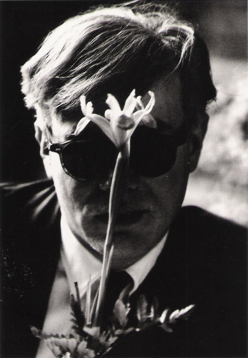 Andy Warhol with flower. Photographie 1961-67 Dennis Hopper