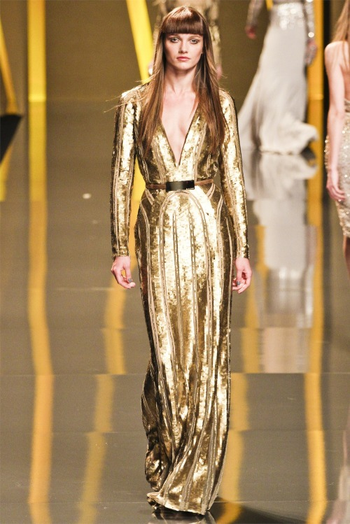 Elie Saab Fall (A/W) 2012-13 collection is classy, glamorous and perfect for an modern girl. In particular I love this gold deep V-neck floor length gown embellished with glitzy sequins. Luxuriously flamboyant!