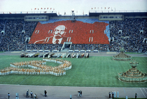 antisocial-socialist:  Moscow, Olympics Opening Ceremony 1980: the crowd creates a portrait of Lenin while a hammer and sickle and human pyramids are formed on the ground.