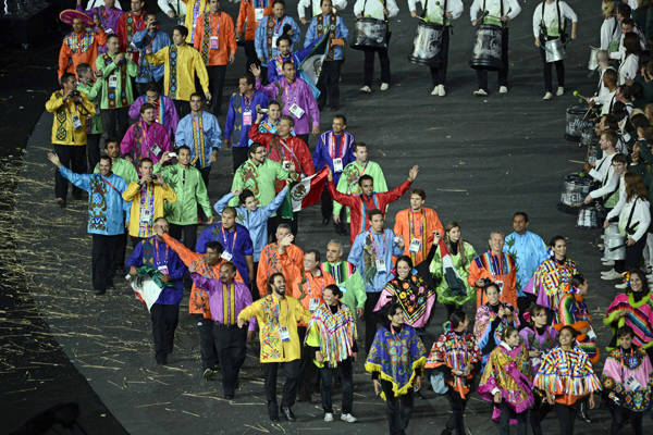 olympicfashion:  Mexico athletes march into the stadium during the opening ceremony.   México :D