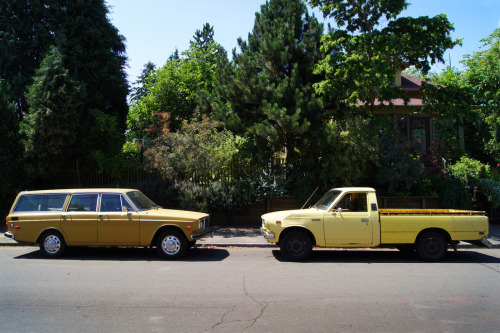 The '70s was a good decade for yellow. Volvo 145S in Safari Yellow (1966-74, this is a '71), and a second generation Toyota Hilux SR5 Long Bed in Yellow #541 (1975-78). Seen in N Portland