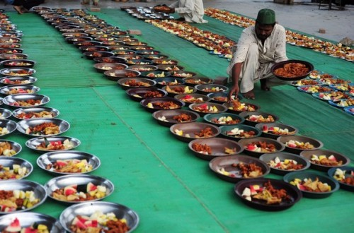 thereligionofpeace:  Pakistani volunteers arrange food for iftar at a mosque during the holy fasting month of Ramadan in Karachi on July 27, 2012. (Getty Images)