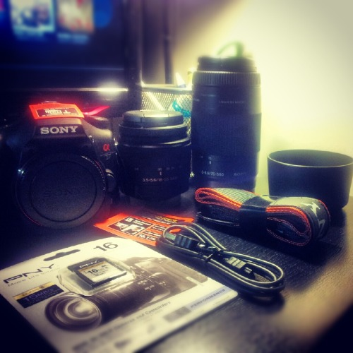 My very first DSLR camera. Finally i'll be able to shoot 'like' a pro lol. Awesomeeeeness!