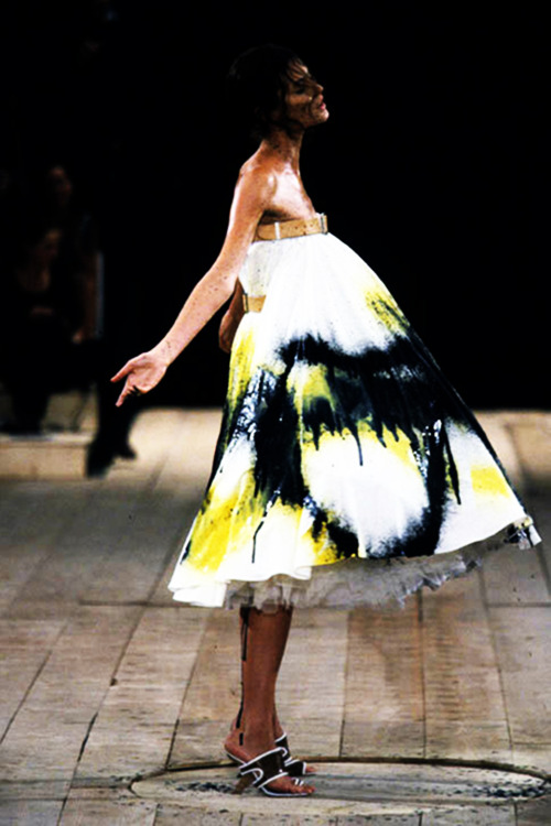 Alexander McQueen fashion moda runway spring 1999 model 90& 039;s